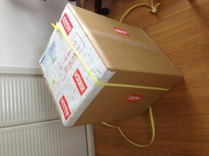 厳重に包装された荷物が届きました